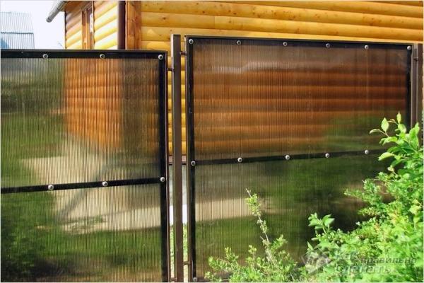 Забор из поликарбоната своими руками - как сделать на металлическом каркасе, деревянном